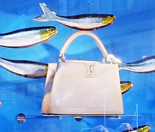 100万円ほどするルイ・ヴィトンの「アーティーカプシーヌ」バッグを引き立てるのは、魚(さんま?)_b0007805_02304632.jpg