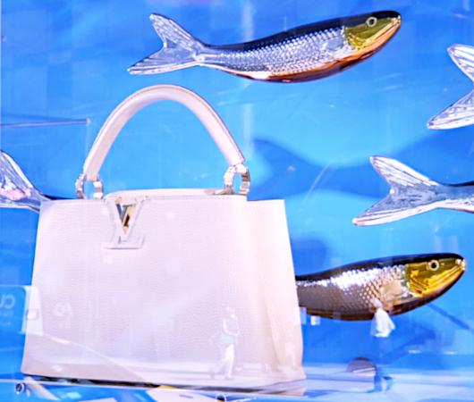 100万円ほどするルイ・ヴィトンの「アーティーカプシーヌ」バッグを引き立てるのは、魚(さんま?)_b0007805_02472268.jpg