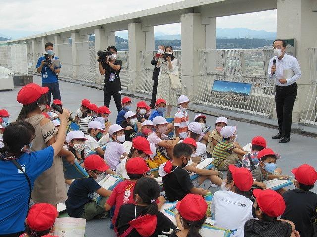 9月21日の国際平和デーに合わせ、市役所屋上で岩松小3年生が「平和の鐘」を鳴らしました_f0141310_07083450.jpg
