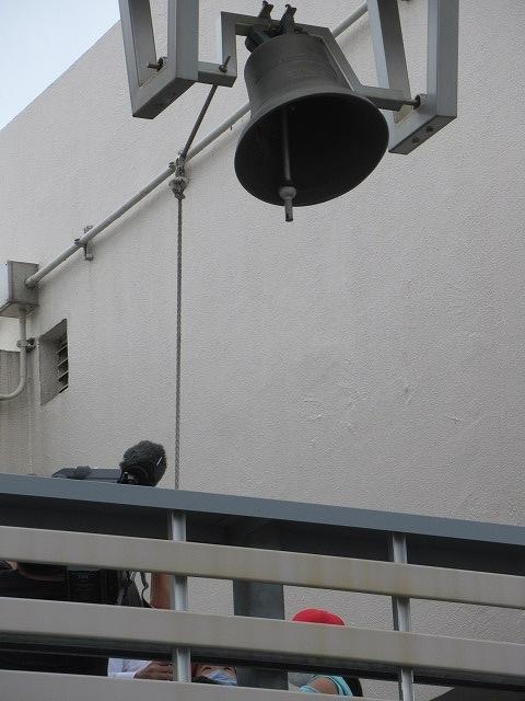 9月21日の国際平和デーに合わせ、市役所屋上で岩松小3年生が「平和の鐘」を鳴らしました_f0141310_07090420.jpg