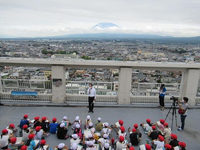 9月21日の国際平和デーに合わせ、市役所屋上で岩松小3年生が「平和の鐘」を鳴らしました_f0141310_07092681.jpg