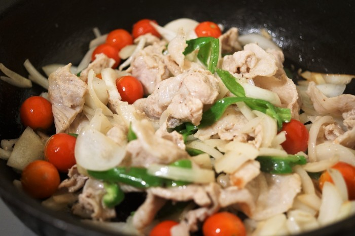 ■晩ご飯【簡単5分!!牛丼のタレでミニトマト入り豚丼を作りましたが美味しかったです♪】_b0033423_18451377.jpg