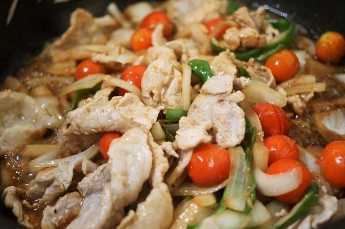■晩ご飯【簡単5分!!牛丼のタレでミニトマト入り豚丼を作りましたが美味しかったです♪】_b0033423_18495950.jpg