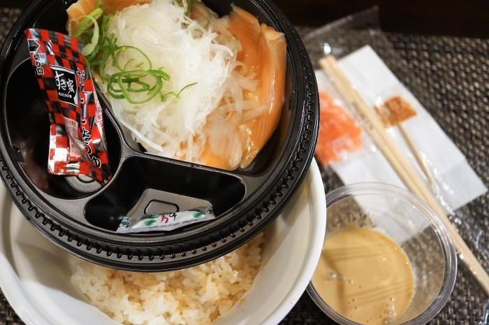 ■ドライブスルーで【すき家のオム牛カレー/オニオンサーモン丼】_b0033423_23421548.jpg