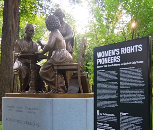 セントラルパーク初の実在女性像、the Women's Rights Pioneers Monument_b0007805_03401355.jpg