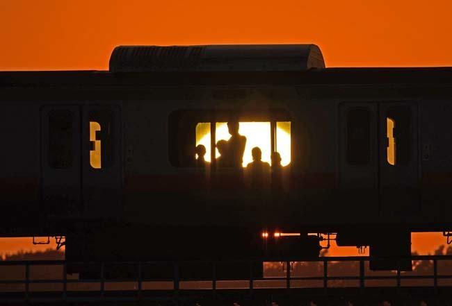 多摩川の夕陽と乗客_f0173596_20584730.jpg