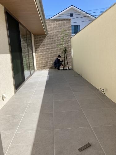 中庭タイルデッキ @飯倉の家_c0164996_13045853.jpg