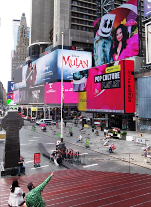 タイムズ・スクエアの巨大スクリーン看板に、カリスマDJのマシュメロ(Marshmello)さんご登場_b0007805_23033339.jpg