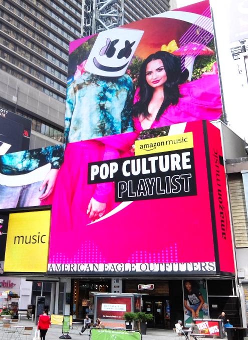 タイムズ・スクエアの巨大スクリーン看板に、カリスマDJのマシュメロ(Marshmello)さんご登場_b0007805_23080491.jpg