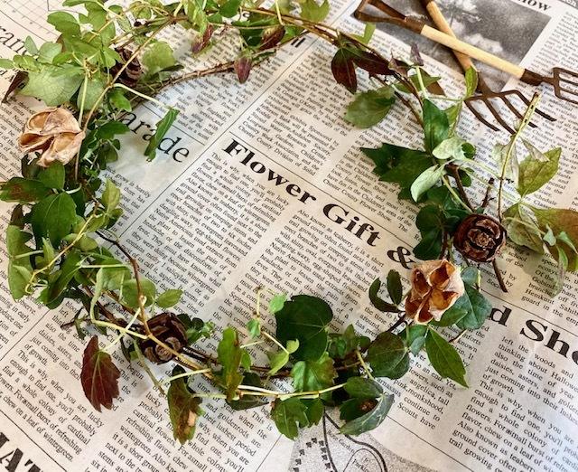 Autumn wreath   庭の紅葉した蔦×木の実_a0165160_09370720.jpg