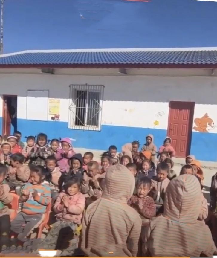 チベットのとある小学校での行事…😄_c0162404_09565657.jpg
