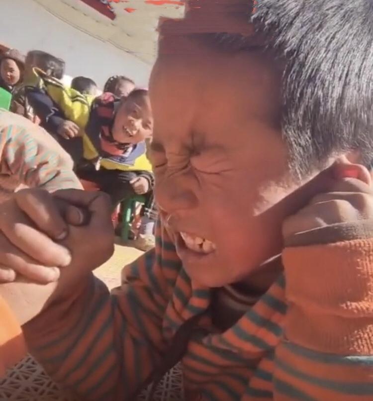 チベットのとある小学校での行事…😄_c0162404_09573945.jpg