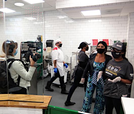 これがクリスピー・クリームの『ドーナツ・シアター体験』(doughnut theater experience)です_b0007805_05381925.jpg