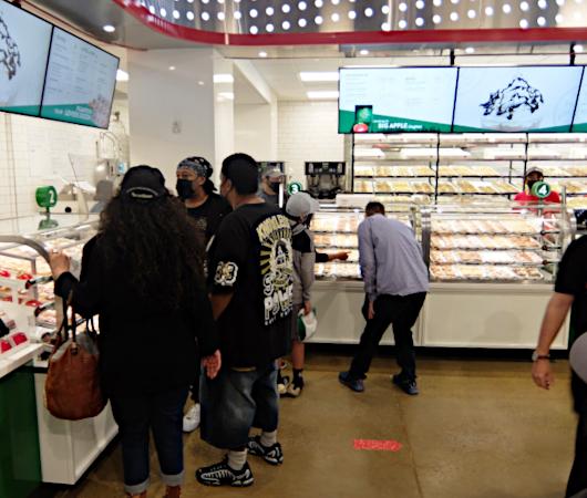 """1つ1200円ほどするニューヨークならではの特別ドーナツ、\""""Big Apple Doughnut\"""" by Krispy Kreme_b0007805_06512790.jpg"""