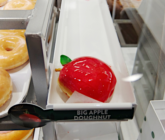 """1つ1200円ほどするニューヨークならではの特別ドーナツ、\""""Big Apple Doughnut\"""" by Krispy Kreme_b0007805_06522475.jpg"""