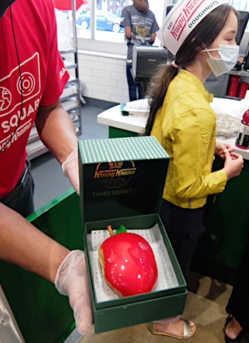 """1つ1200円ほどするニューヨークならではの特別ドーナツ、\""""Big Apple Doughnut\"""" by Krispy Kreme_b0007805_06523605.jpg"""