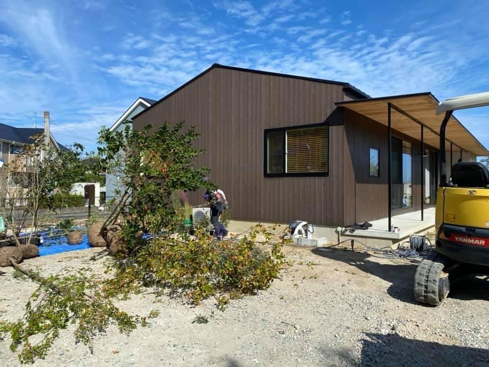 『糸島、大庇の家』のガーデン工事が行われました。建物は先に完成しておりましたが、植栽は暑さが落ち着くまで待っていただいていたのです。_e0029115_13573666.jpg