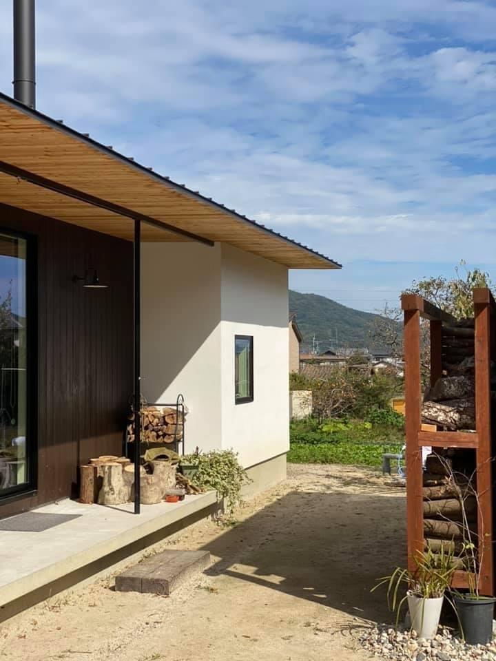 『糸島、大庇の家』のガーデン工事が行われました。建物は先に完成しておりましたが、植栽は暑さが落ち着くまで待っていただいていたのです。_e0029115_16342145.jpeg