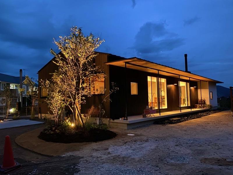『糸島、大庇の家』のガーデン工事が行われました。建物は先に完成しておりましたが、植栽は暑さが落ち着くまで待っていただいていたのです。_e0029115_16375456.jpeg