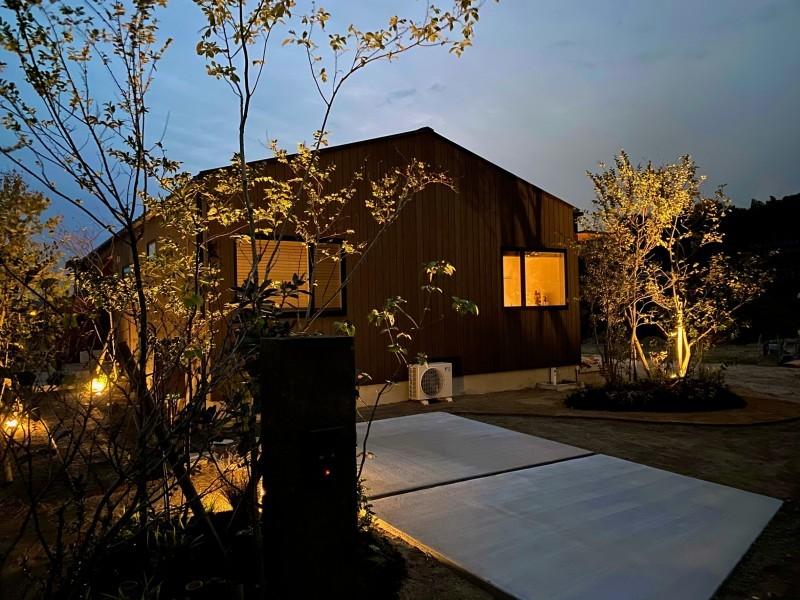 『糸島、大庇の家』のガーデン工事が行われました。建物は先に完成しておりましたが、植栽は暑さが落ち着くまで待っていただいていたのです。_e0029115_16394188.jpeg