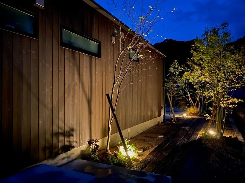 『糸島、大庇の家』のガーデン工事が行われました。建物は先に完成しておりましたが、植栽は暑さが落ち着くまで待っていただいていたのです。_e0029115_16400511.jpeg