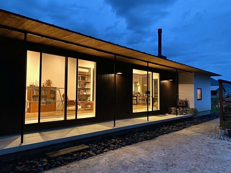 『糸島、大庇の家』のガーデン工事が行われました。建物は先に完成しておりましたが、植栽は暑さが落ち着くまで待っていただいていたのです。_e0029115_16404152.jpeg