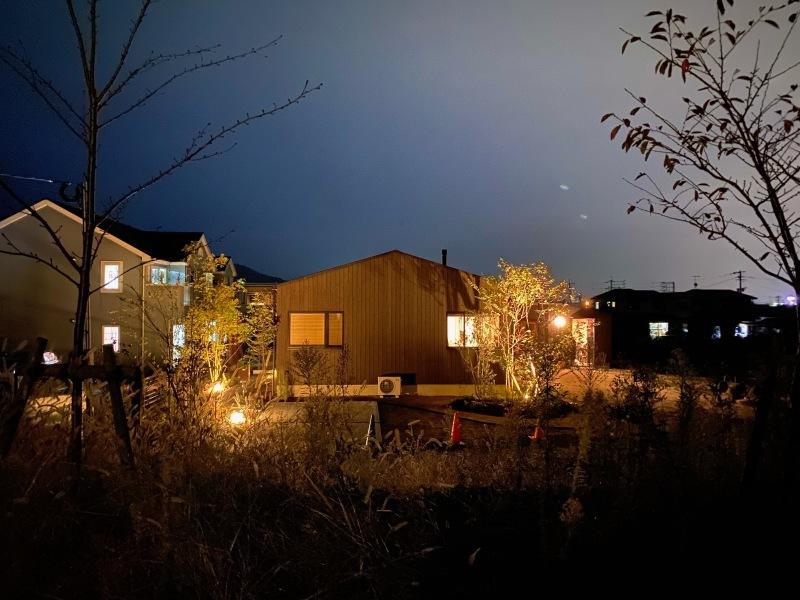『糸島、大庇の家』のガーデン工事が行われました。建物は先に完成しておりましたが、植栽は暑さが落ち着くまで待っていただいていたのです。_e0029115_16420900.jpeg