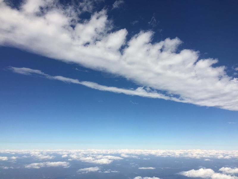 【これは地震雲??】一直線に遠く遠く伸びた雲に出会う ~ゴムパッチン雲_b0008655_13334705.jpg