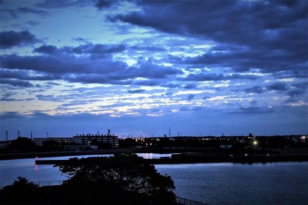 日の出は雲の中_e0119218_08221386.jpg