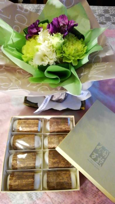 ■【主人の命日で 娘夫婦からお花とお饅頭が届きました♪】_b0033423_01203949.jpg