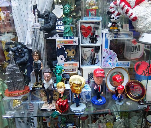 タイムズ・スクエアにあるお土産屋さんで見かけたトランプさん人形_b0007805_21483944.jpg