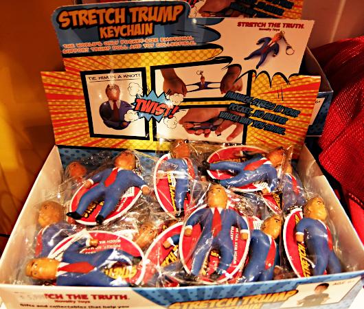 お菓子専門店(It\'s Sugar)のトランプさんグッズ・コーナーの様子_b0007805_05002400.jpg