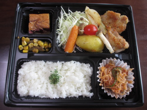 お肉や魚を日替わりで取り入れてますが野菜が盛りだくさんのお弁当やランチになっています_b0340798_11095856.jpg