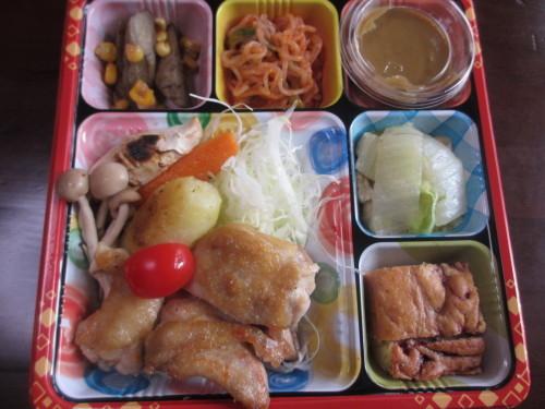 お肉や魚を日替わりで取り入れてますが野菜が盛りだくさんのお弁当やランチになっています_b0340798_11100709.jpg