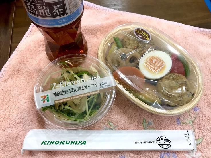 駅のKINOKUNIYAで弁当買ってきた!_c0212604_12184681.jpg