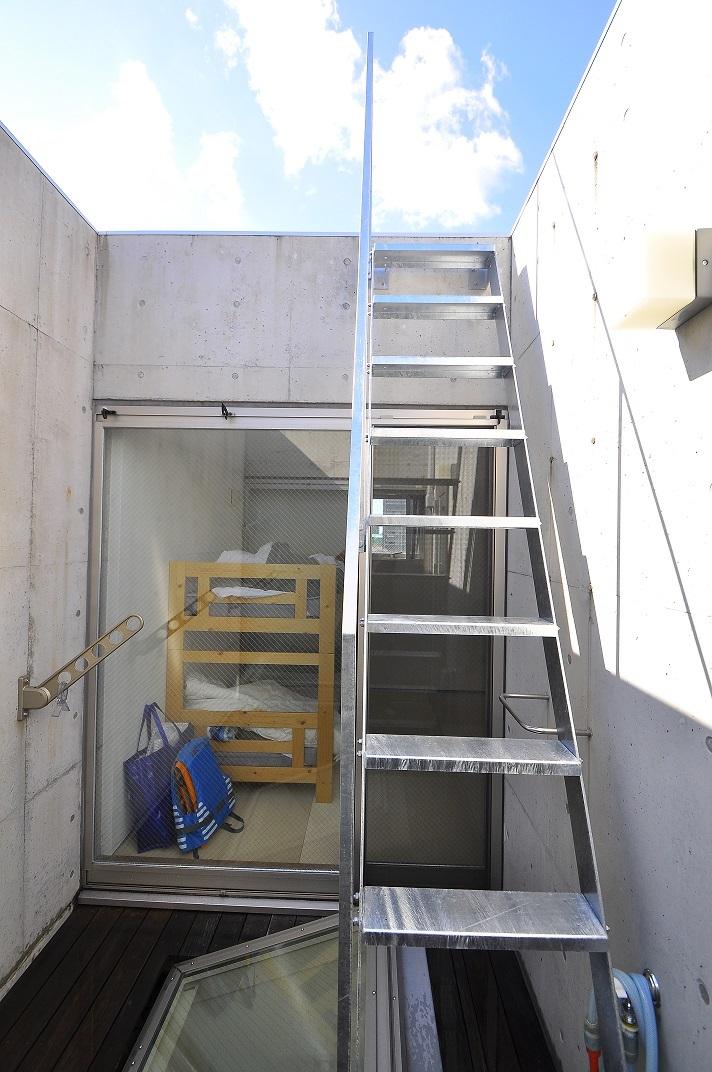 狭小住宅に住んでみた 32   階段_e0028417_21150777.jpg