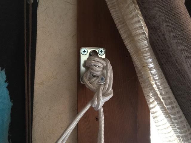 狭い部屋ではベッドにハンモックが食い込むのでございます_d0137326_09480346.jpg