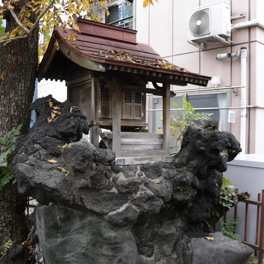 雑司ヶ谷駅近くの稲荷神社に富士塚の痕跡_c0060143_18434990.jpg