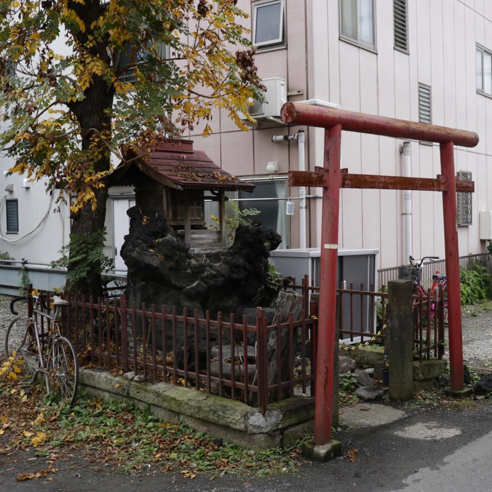雑司ヶ谷駅近くの稲荷神社に富士塚の痕跡_c0060143_18435200.jpg