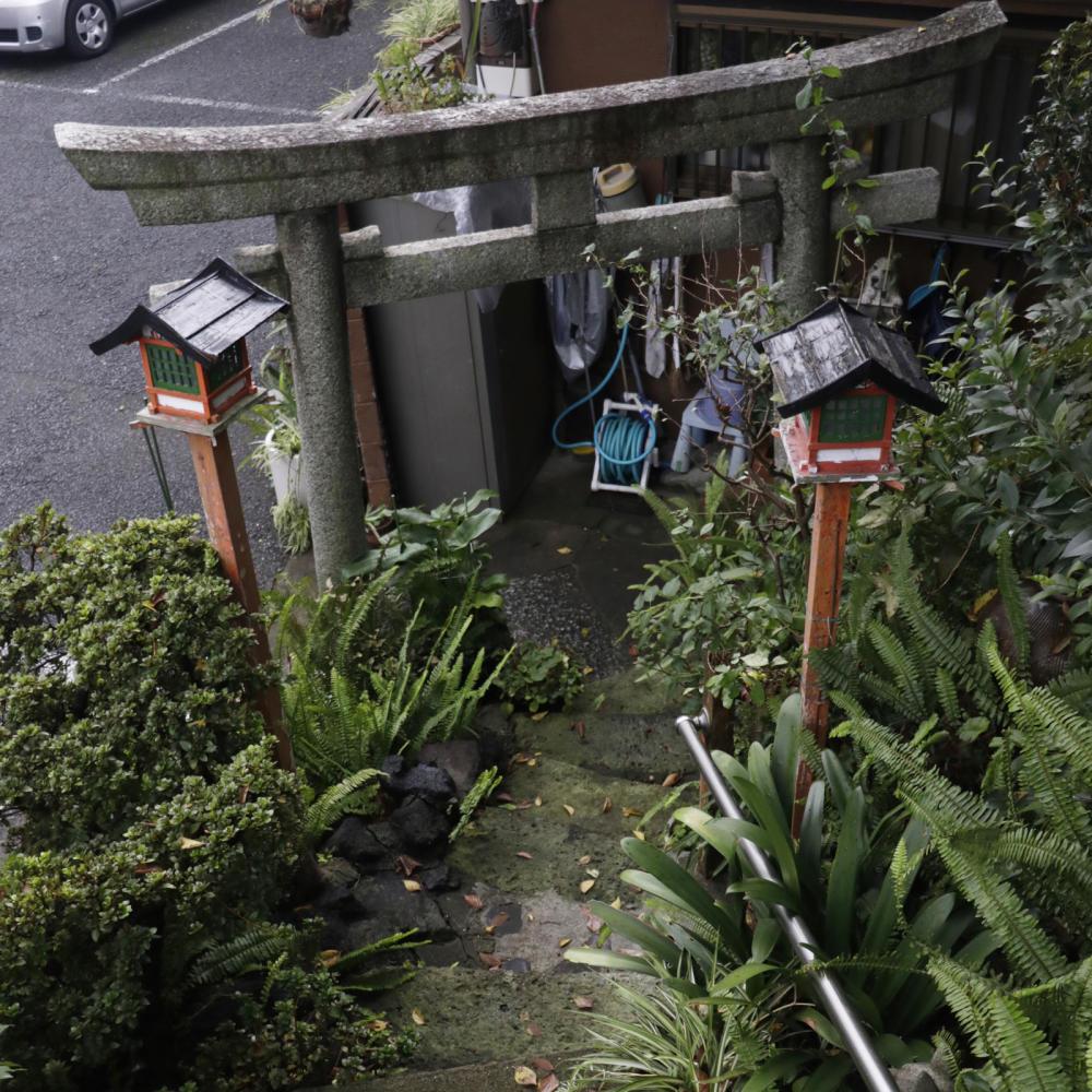 駐車場の敷地内にある富士塚、尾久浅間神社_c0060143_19592724.jpg
