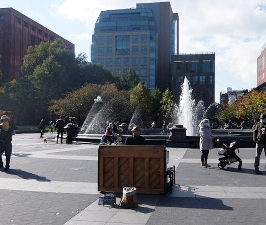 ワシントン・スクエア公園でアンドリューさんの生ピアノ演奏に遭遇_b0007805_03074287.jpg