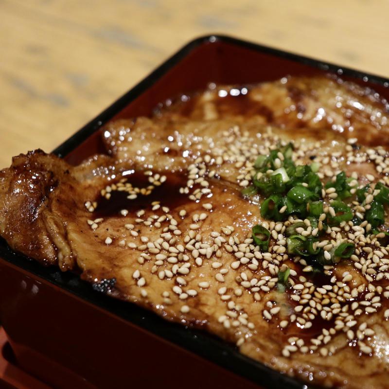 MIDETTEで豚丼、日本酒飲み比べも_c0060143_18455440.jpg
