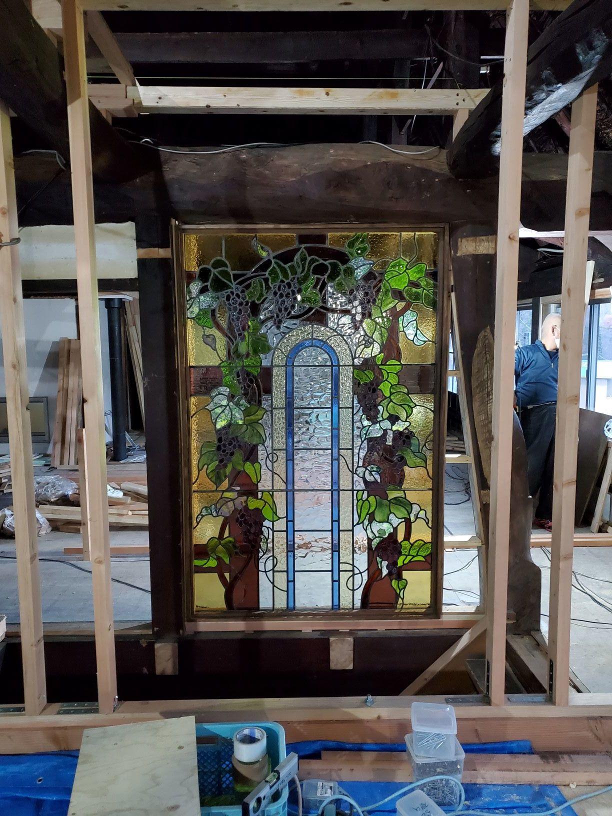 ステンドグラスと前庭の木々_b0304722_21312356.jpg
