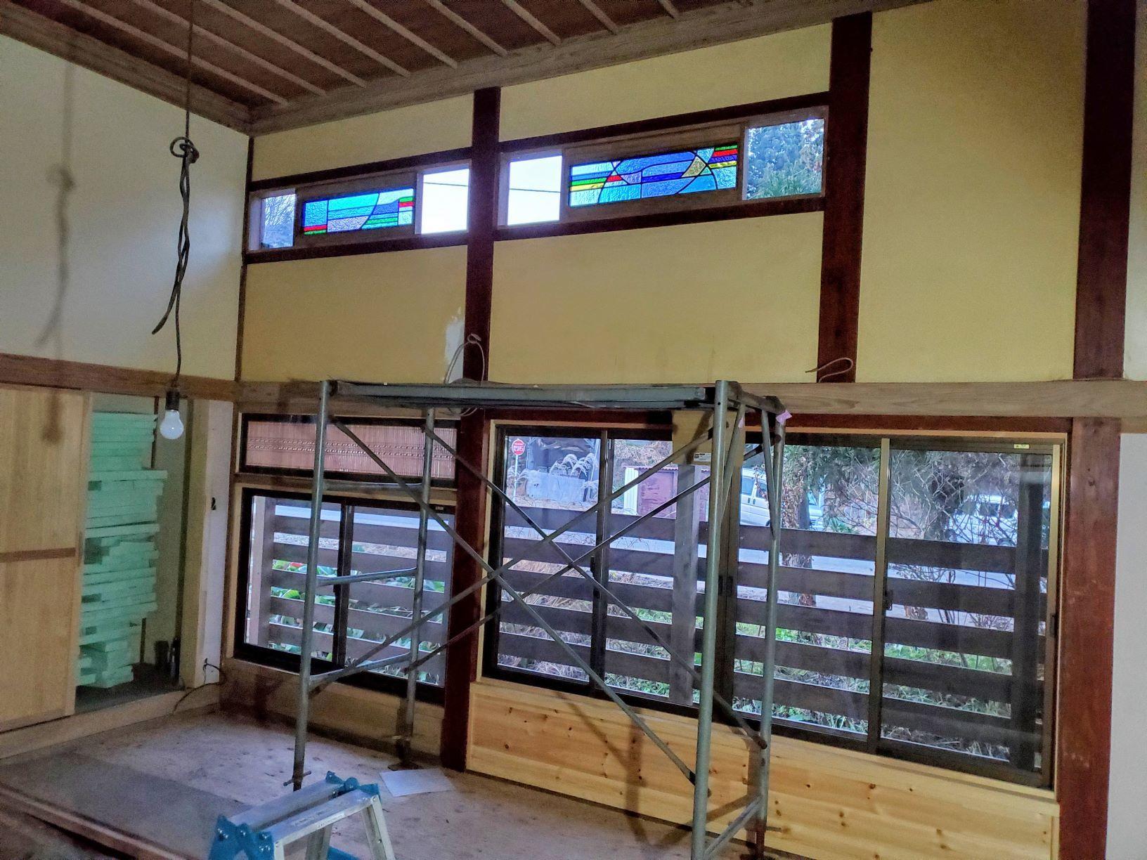 ステンドグラスと前庭の木々_b0304722_21375647.jpg