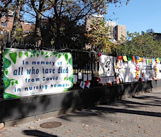 NY最古の教会前で見かけたコロナで亡くなられた方々への追悼表現_b0007805_19552410.jpg