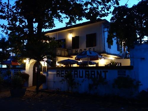 ロメのホテル近くの路上レストランでチキン、そして蛍の光の少年_c0030645_23503531.jpg