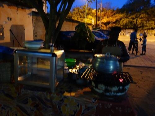 ロメのホテル近くの路上レストランでチキン、そして蛍の光の少年_c0030645_22365245.jpg