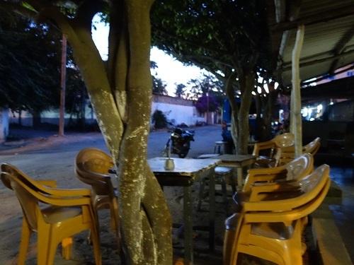 ロメのホテル近くの路上レストランでチキン、そして蛍の光の少年_c0030645_22371076.jpg