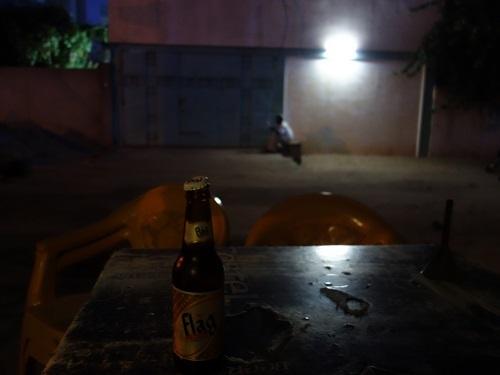 ロメのホテル近くの路上レストランでチキン、そして蛍の光の少年_c0030645_22372991.jpg
