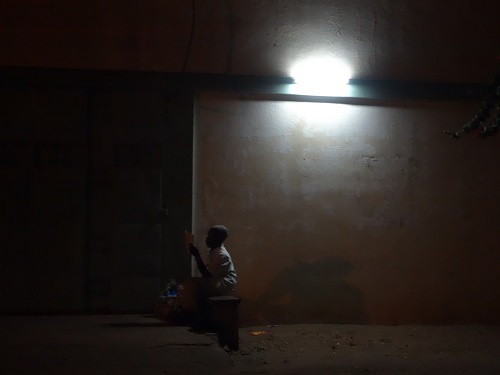 ロメのホテル近くの路上レストランでチキン、そして蛍の光の少年_c0030645_22373315.jpg